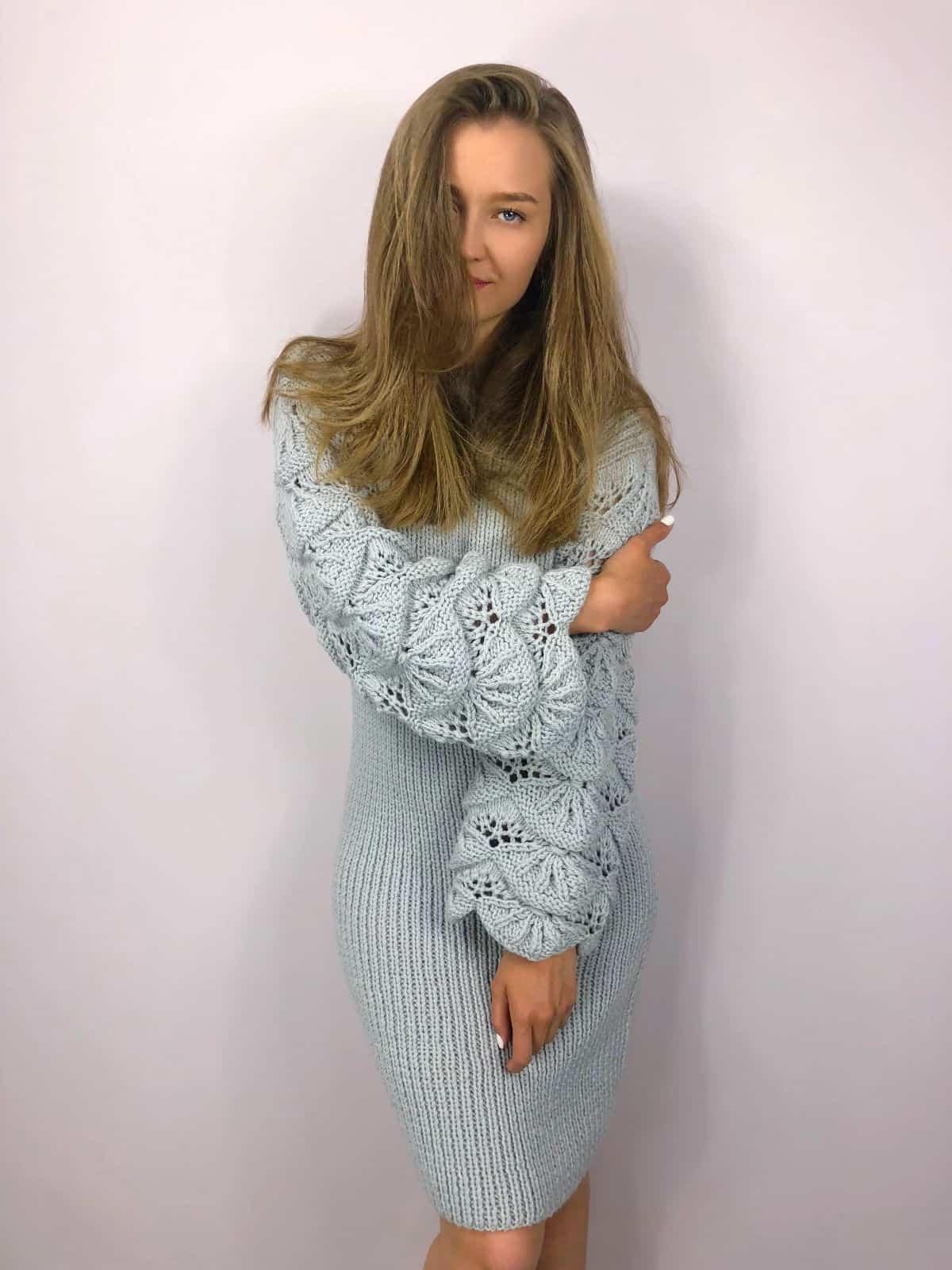 На фотографии вязаное узором платье с ажурными рукавами от SHAPAR, бренда женской одежды ручной работы в интернет-магазине связанных спицами вещей.
