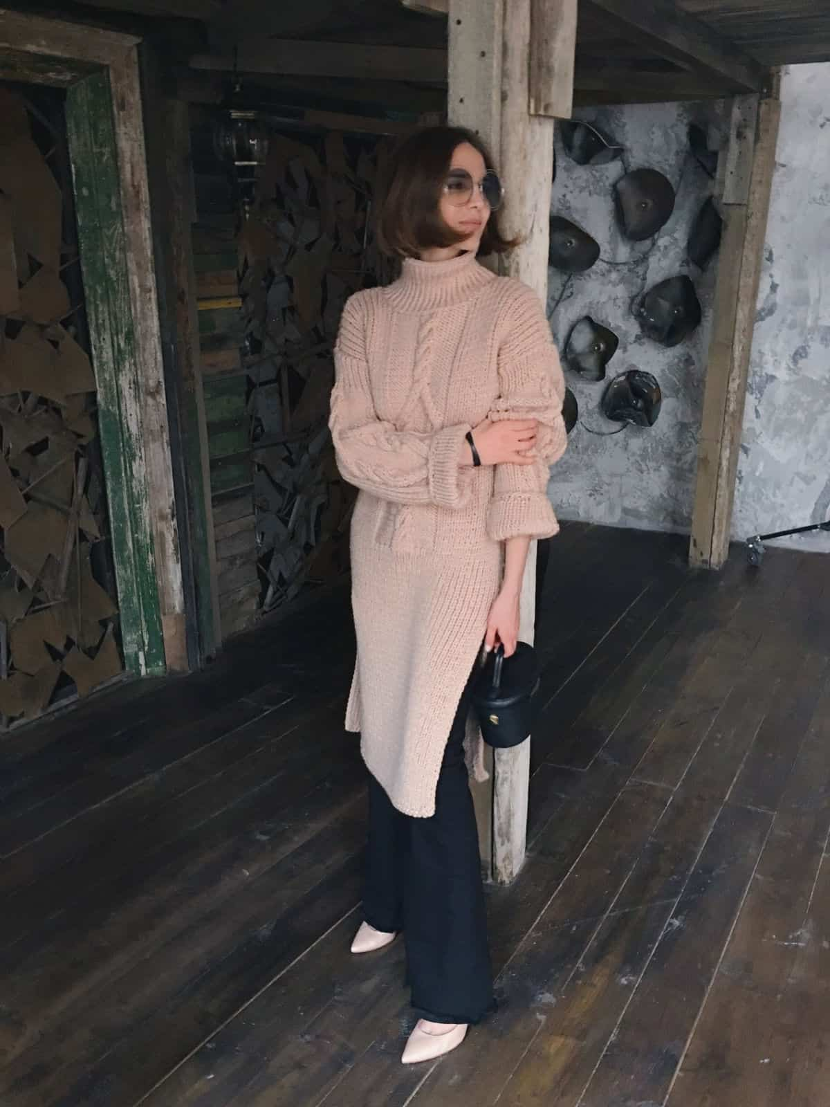 На фотографии бежевое вязаное платье от SHAPAR, бренда женской одежды ручной работы в интернет-магазине связанных спицами вещей.