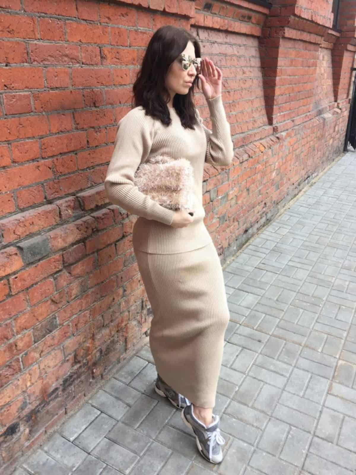 На фотографии бежевый костюм с юбкой для женщин от SHAPAR, бренда вязаной одежды ручной работы в интернет-магазине связанных вещей.