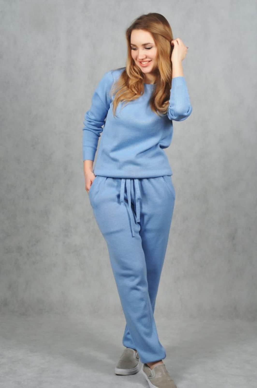 На фотографии женский костюм голубого цвета от SHAPAR, бренда вязаной одежды ручной работы в интернет-магазине связанных спицами вещей.