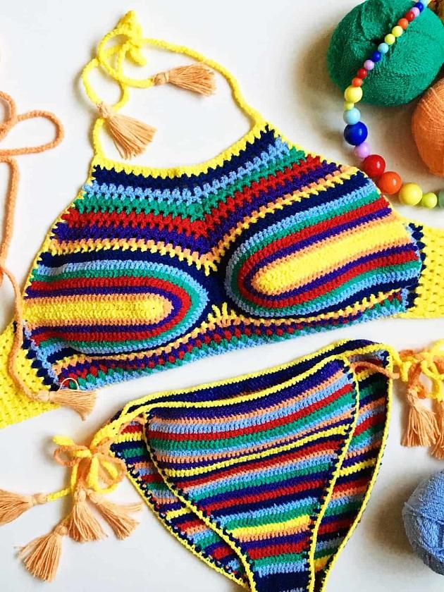 На фотографии женский вязаный купальник от Shapar, бренда пляжной одежды ручной работы в интернет-магазине связанных крючком вещей.