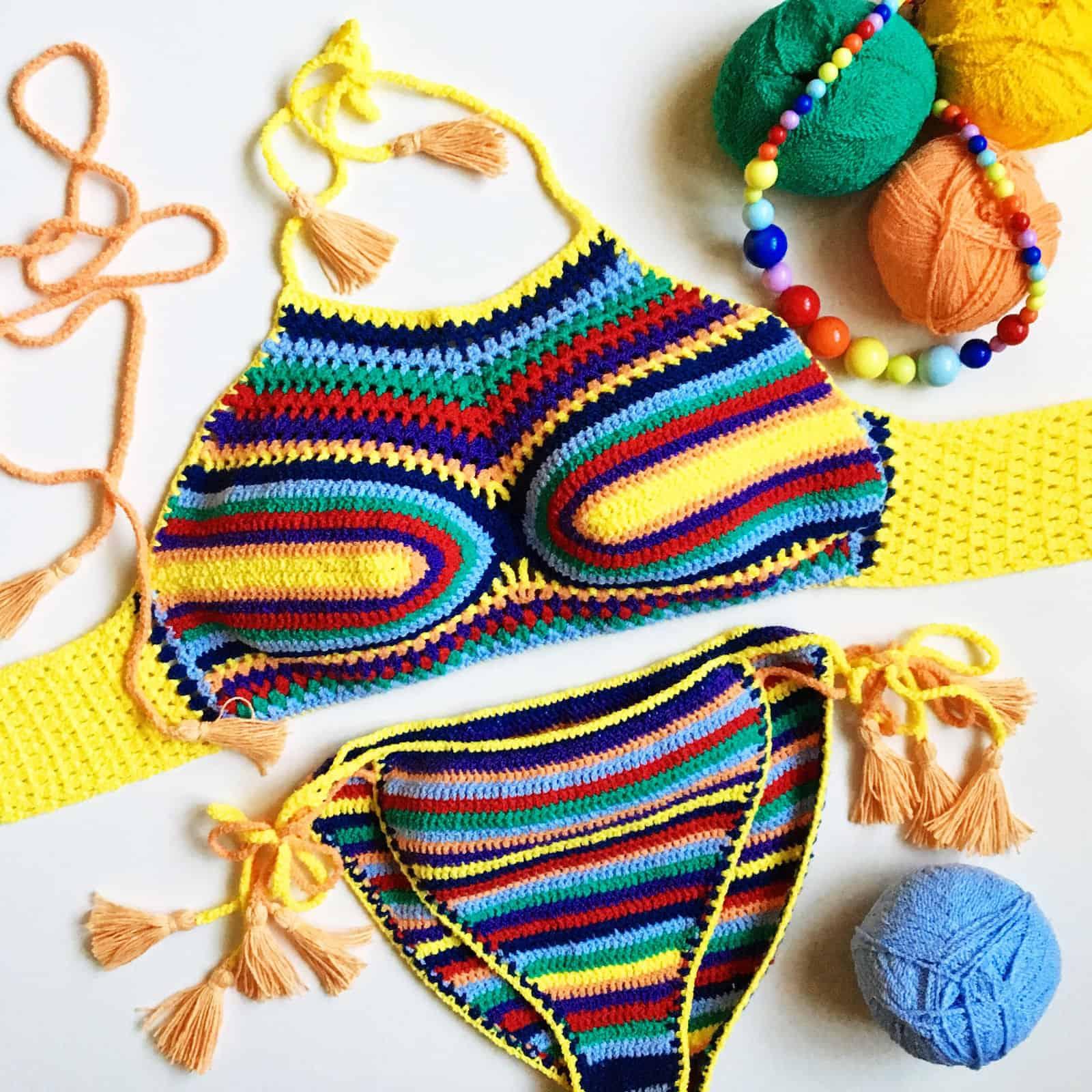 На фотографии женский вязаный купальник от SHAPAR, бренда одежды ручной работы в интернет-магазине связанных крючком вещей.