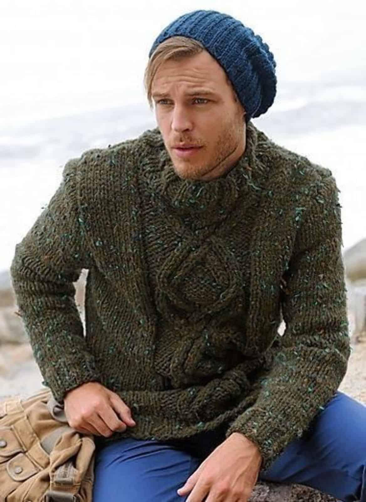 На фотографии Молодежный свитер мужской темно-зеленого цвета от Shapar, бренда вязаной одежды ручной работы в интернет-магазине связанных спицами вещей.