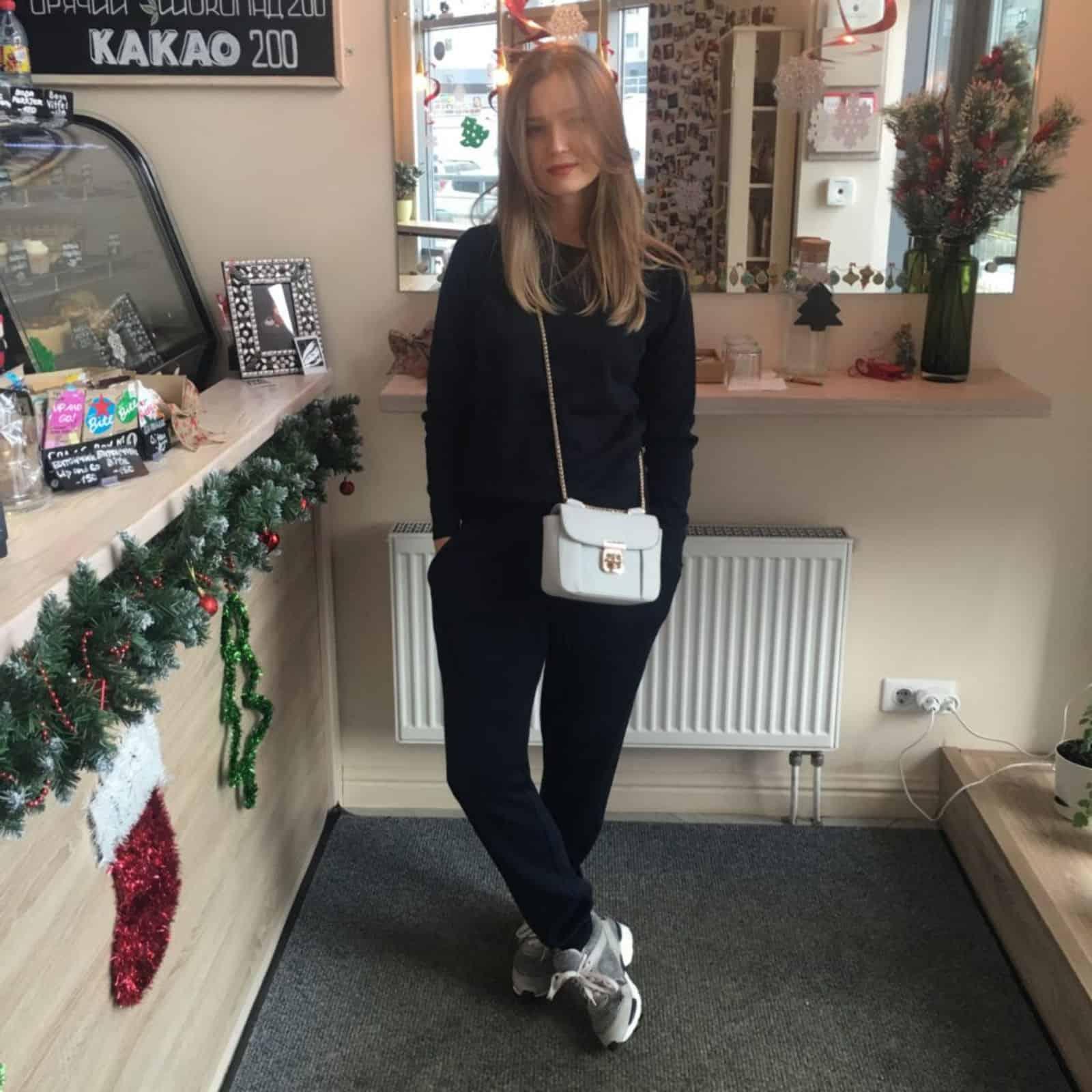 На фотографии темно-синий спортивный костюм от SHAPAR, бренда женской вязаной одежды ручной работы в интернет-магазине связанных вещей.