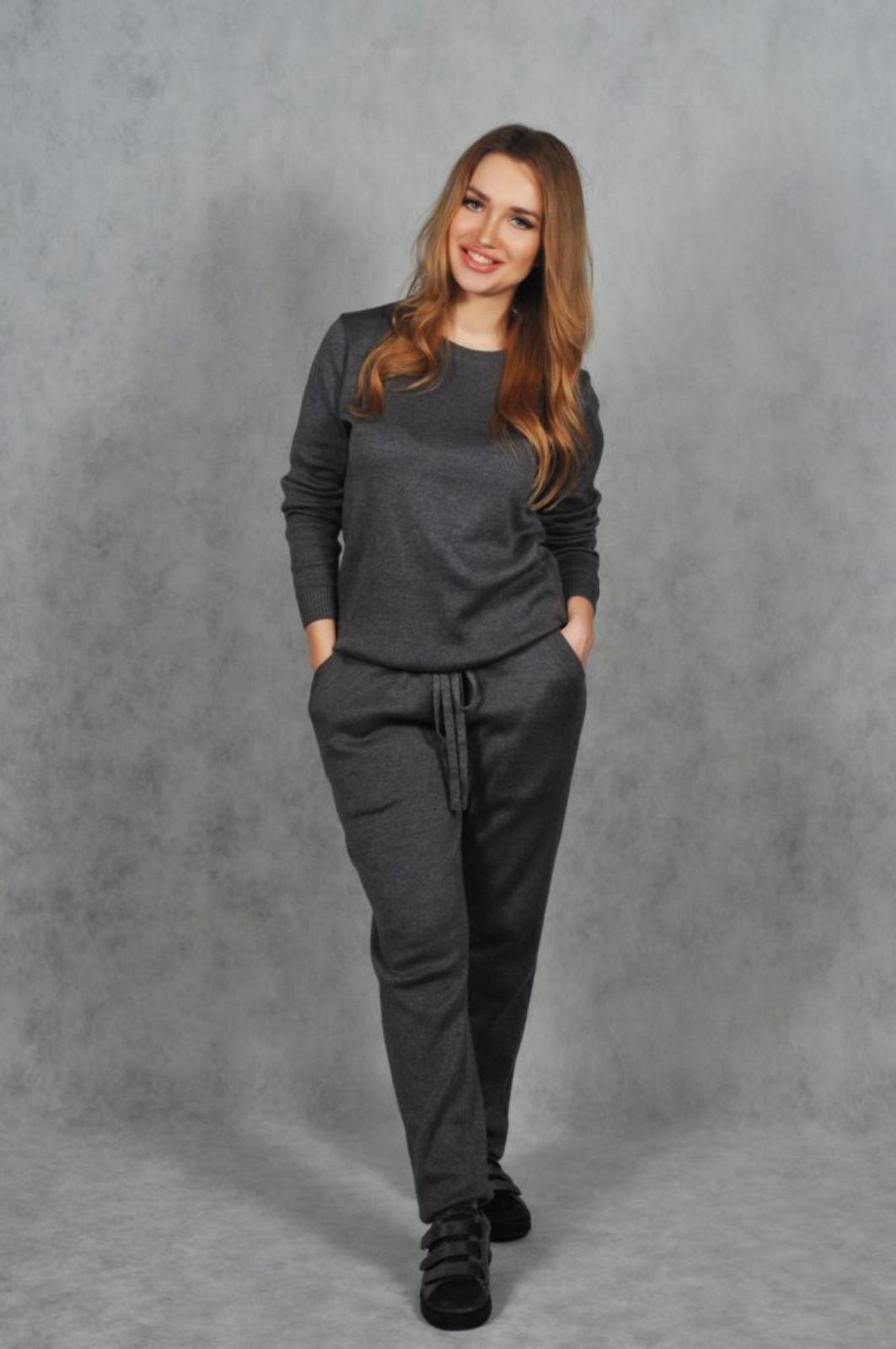 На фотографии темно-серый женский костюм машинной вязки от SHAPAR, бренда одежды ручной работы в интернет-магазине вязаных спицами вещей.