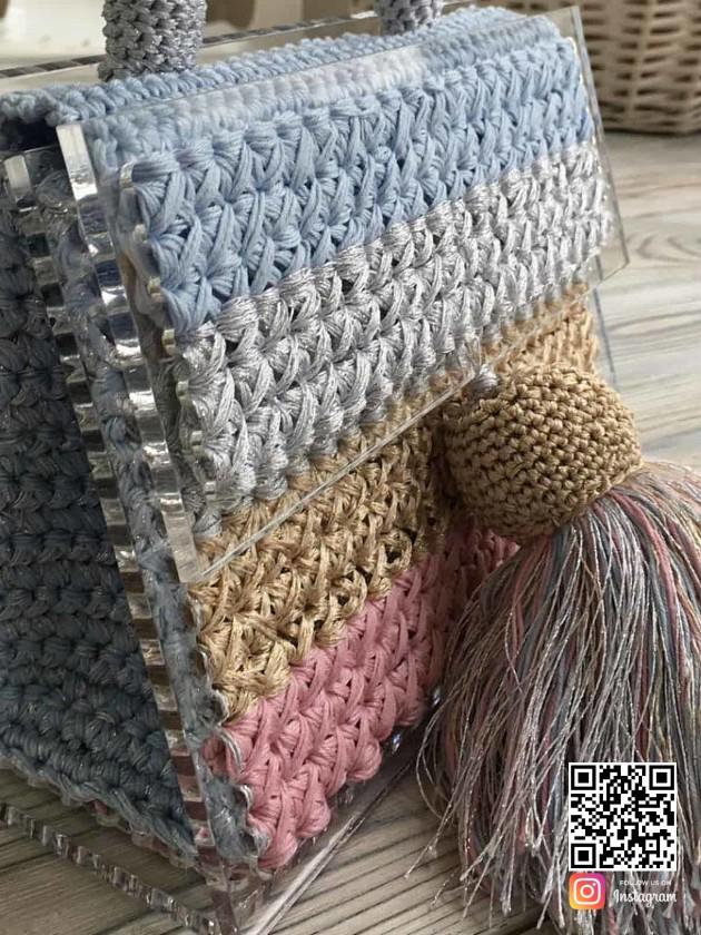 На фотографии женская яркая сумка от Shapar, бренда вязаной одежды и аксессуаров ручной работы в интернет-магазине связанных спицами вещей.