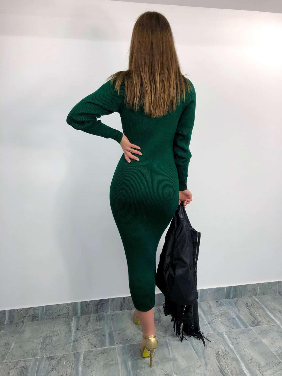 На фотографии зеленое вязаное платье миди от SHAPAR, бренда женской одежды ручной работы в интернет-магазине связанных спицами вещей.