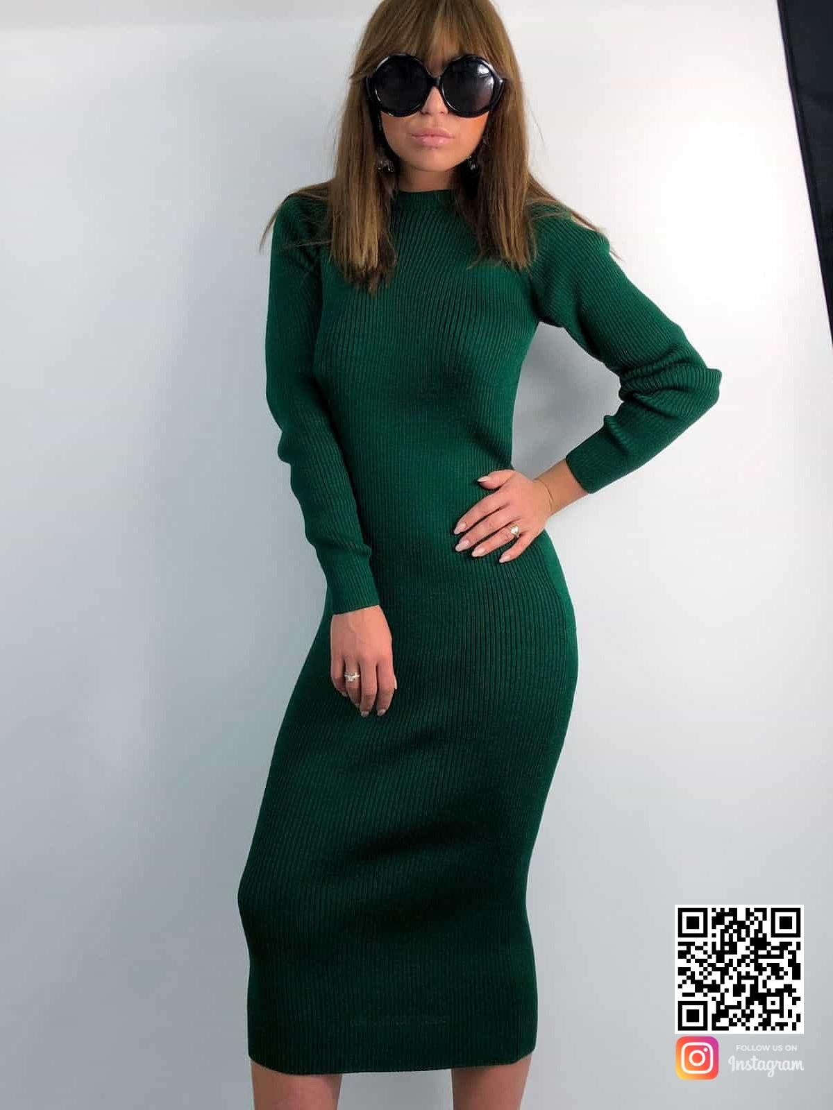 На фотографии зеленое вязаное платье от Shapar, бренда женской одежды ручной работы в интернет-магазине связанных спицами вещей.