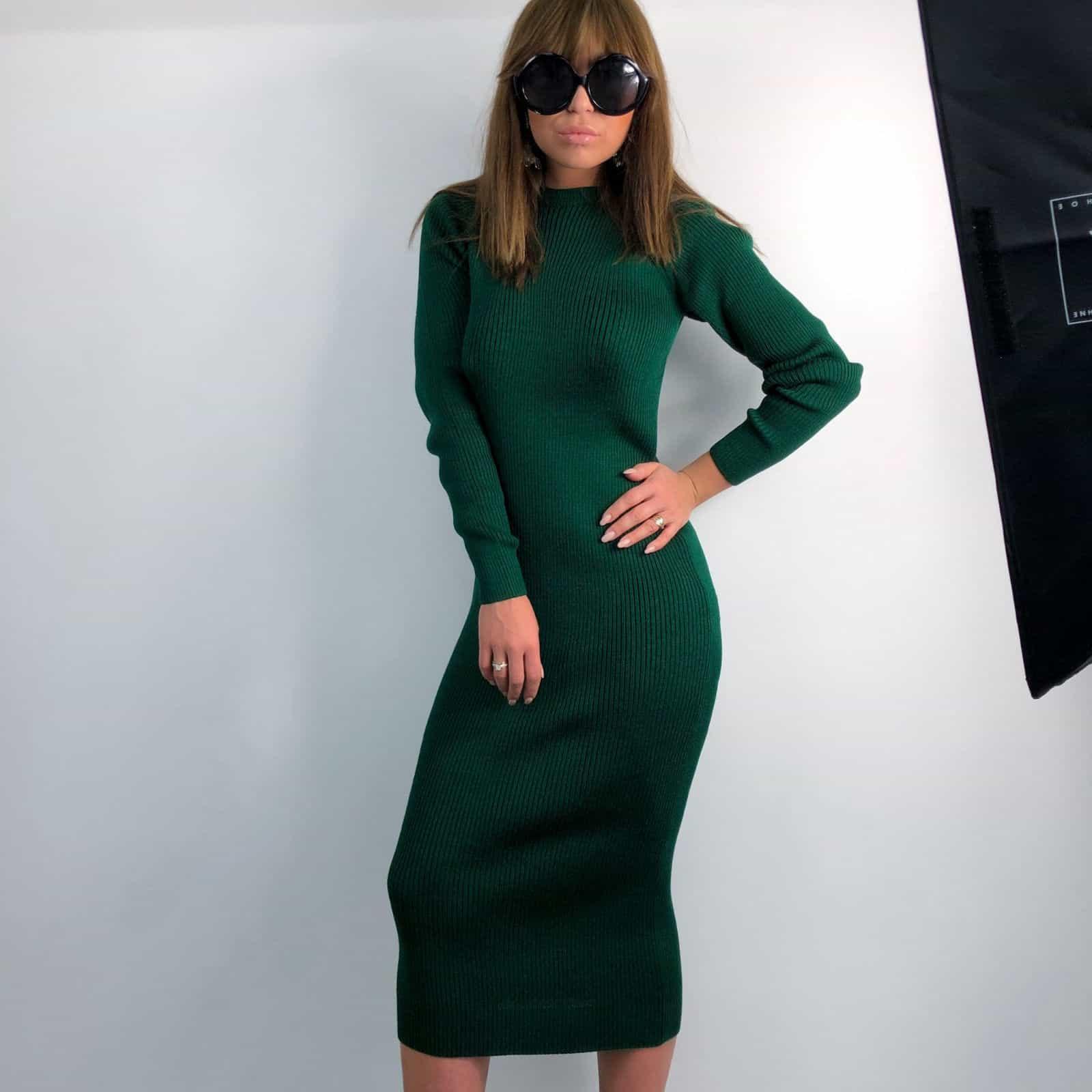 На фотографии вязаное зеленое платье от Shapar, бренда женской одежды ручной работы в интернет-магазине связанных спицами вещей.