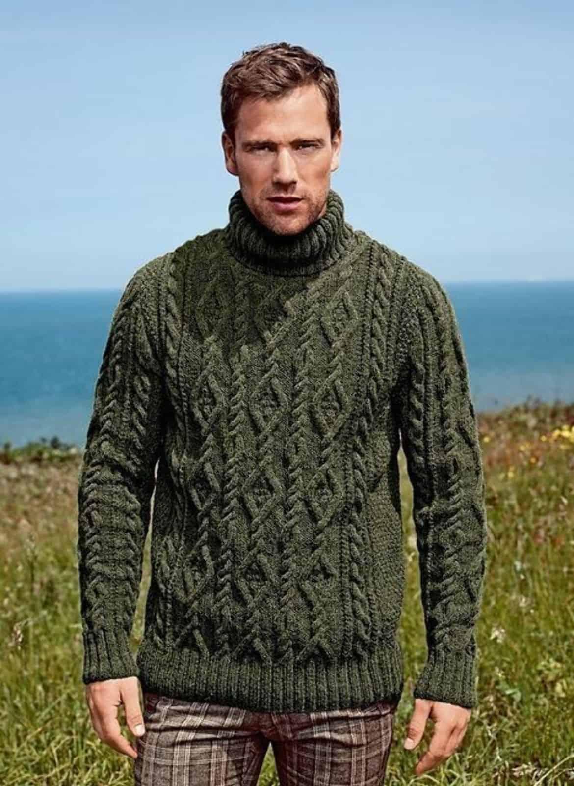 На фотографии зеленый мужской свитер от Shapar, бренда вязаной одежды ручной работы в интернет-магазине связанных спицами вещей.