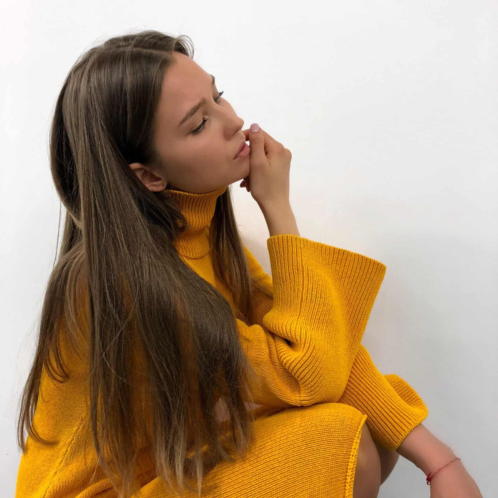 На пятой фотографии вязаное желтое платье для модниц от Shapar, бренда женской одежды ручной работы в интернет-магазине связанных спицами вещей.