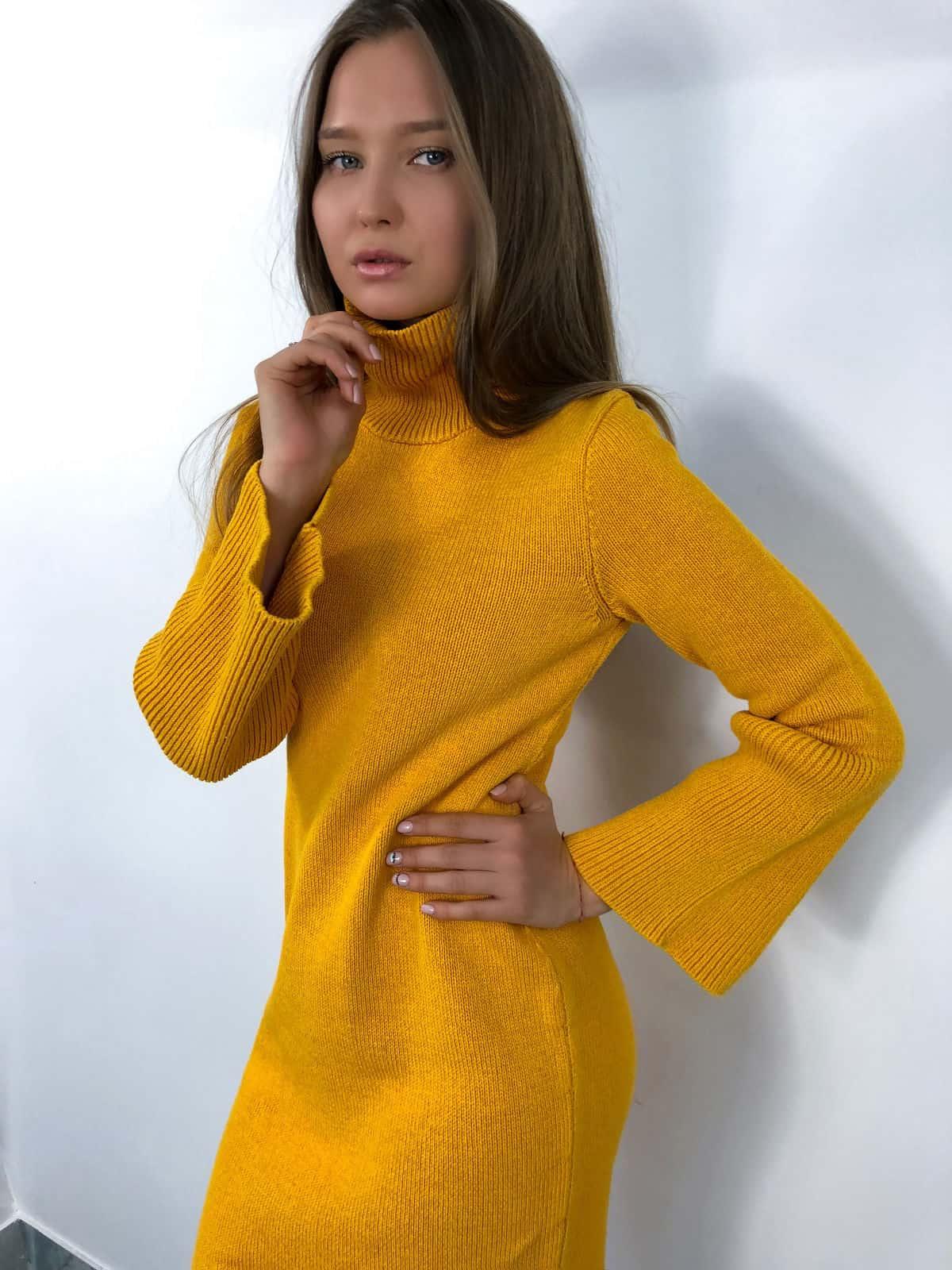 На шестой фотографии модное желтое вязаное платье для девушек и женщин от Shapar, бренда одежды ручной работы в интернет-магазине связанных спицами вещей.
