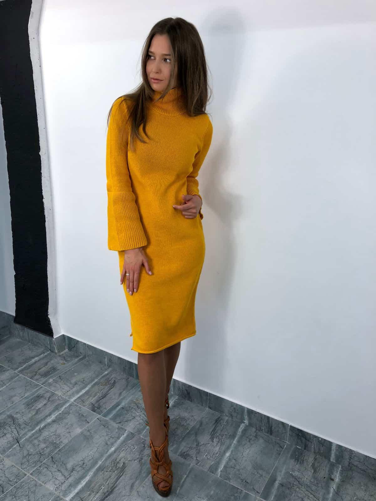 На фотографии желтое вязаное платье с рукавами клеш от SHAPAR, бренда женской одежды ручной работы в интернет-магазине связанных спицами вещей.