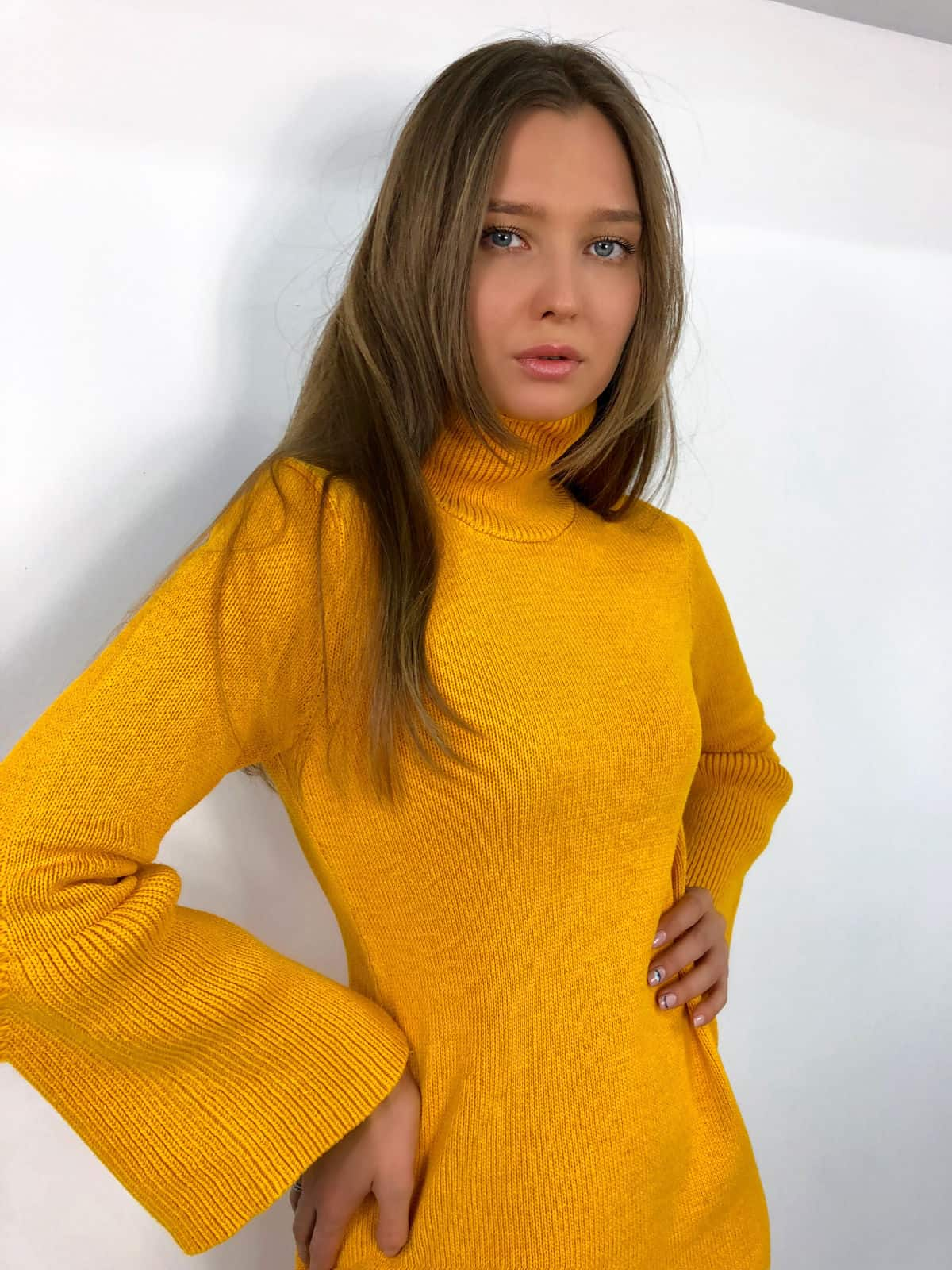 На фотографии желтое вязаное платье от Shapar, бренда женской одежды ручной работы в интернет-магазине связанных спицами вещей.