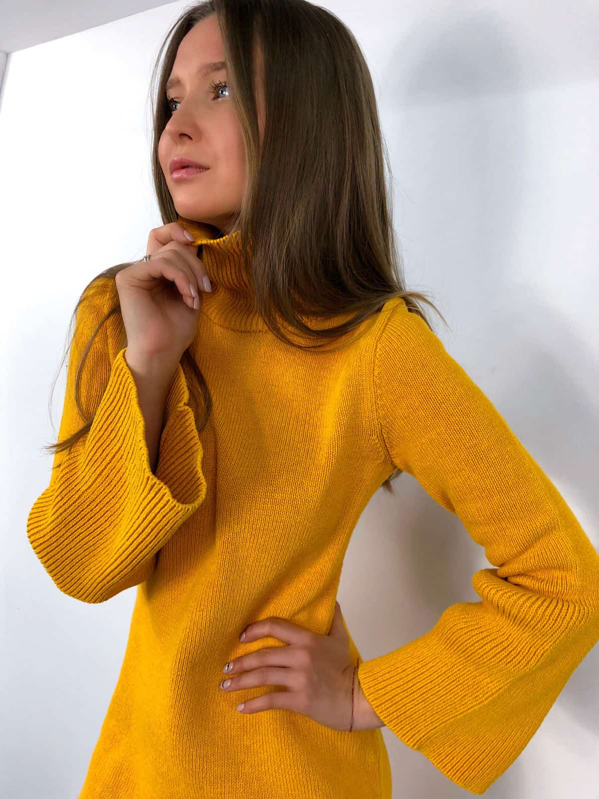 На четвертой фотографии женское желтое вязаное платье с рукавами клеш от Shapar, бренда одежды ручной работы в интернет-магазине связанных спицами вещей.