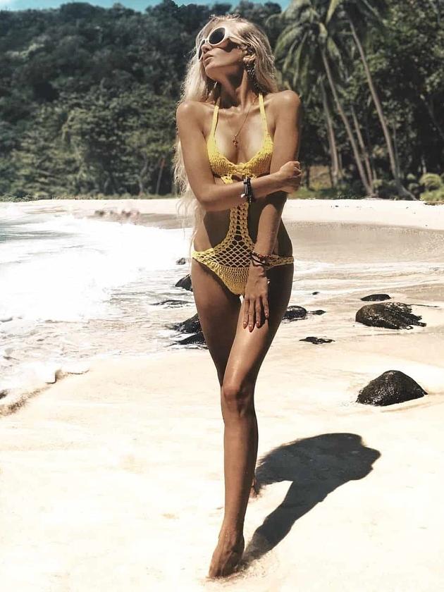 На фотографии желтый купальник слитный от Shapar, бренда вязаной пляжной одежды ручной работы в интернет-магазине связанных крючком вещей.