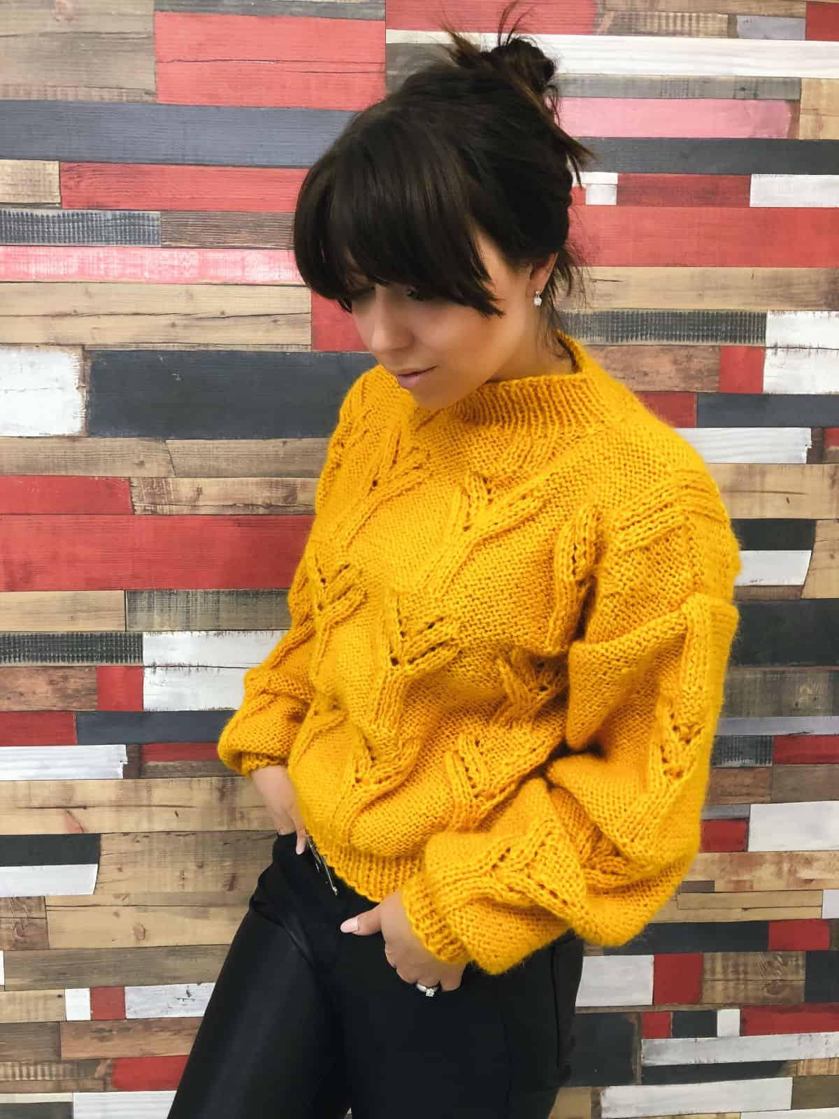 На фотографии женский желтый свитер от Shapar, бренда вязаной одежды ручной работы в интернет-магазине связанных спицами вещей.
