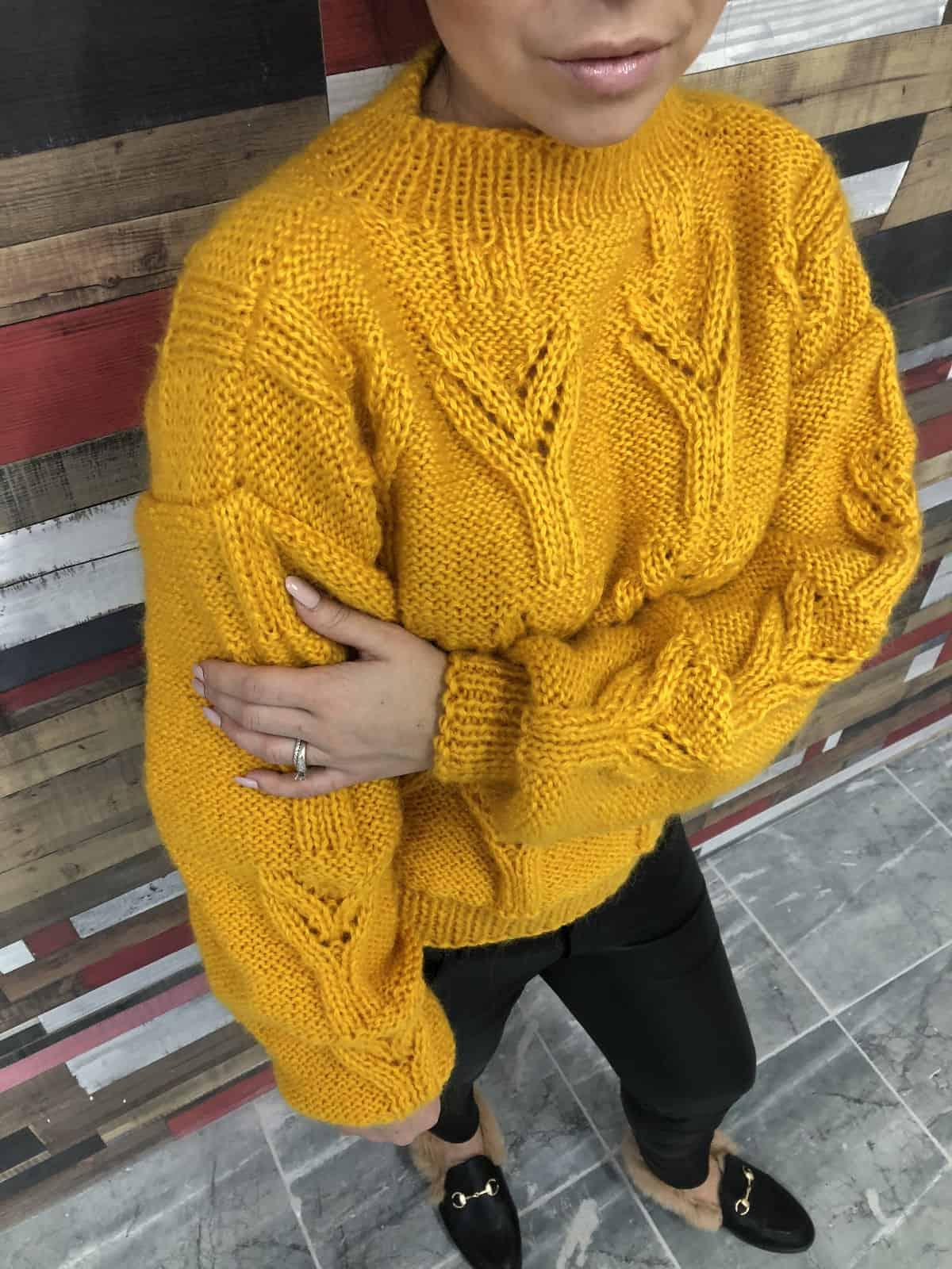 На четвертой фотографии модный свитер желтого цвета для девушек и женщин от Shapar, бренда вязаной одежды ручной работы в интернет-магазине связанных спицами вещей.
