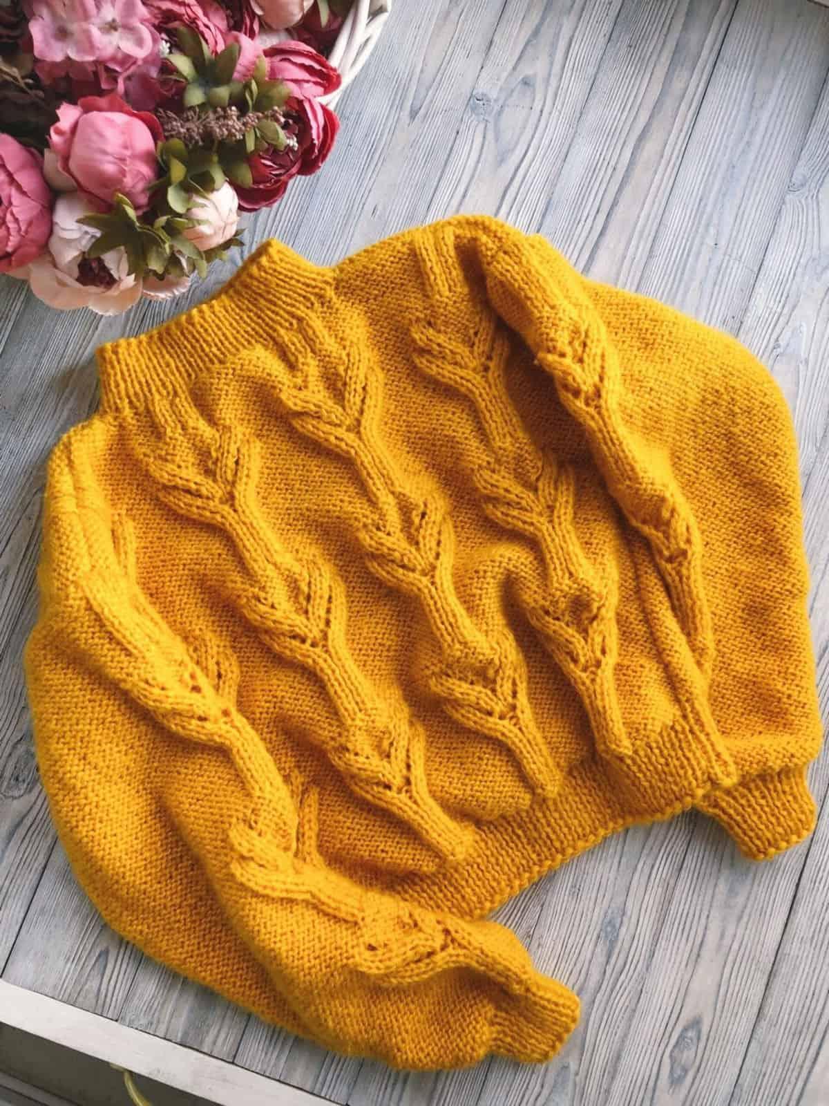 На третьей фотографии женский желтый свитер с узором от Shapar, бренда вязаной одежды ручной работы в интернет-магазине связанных спицами вещей.