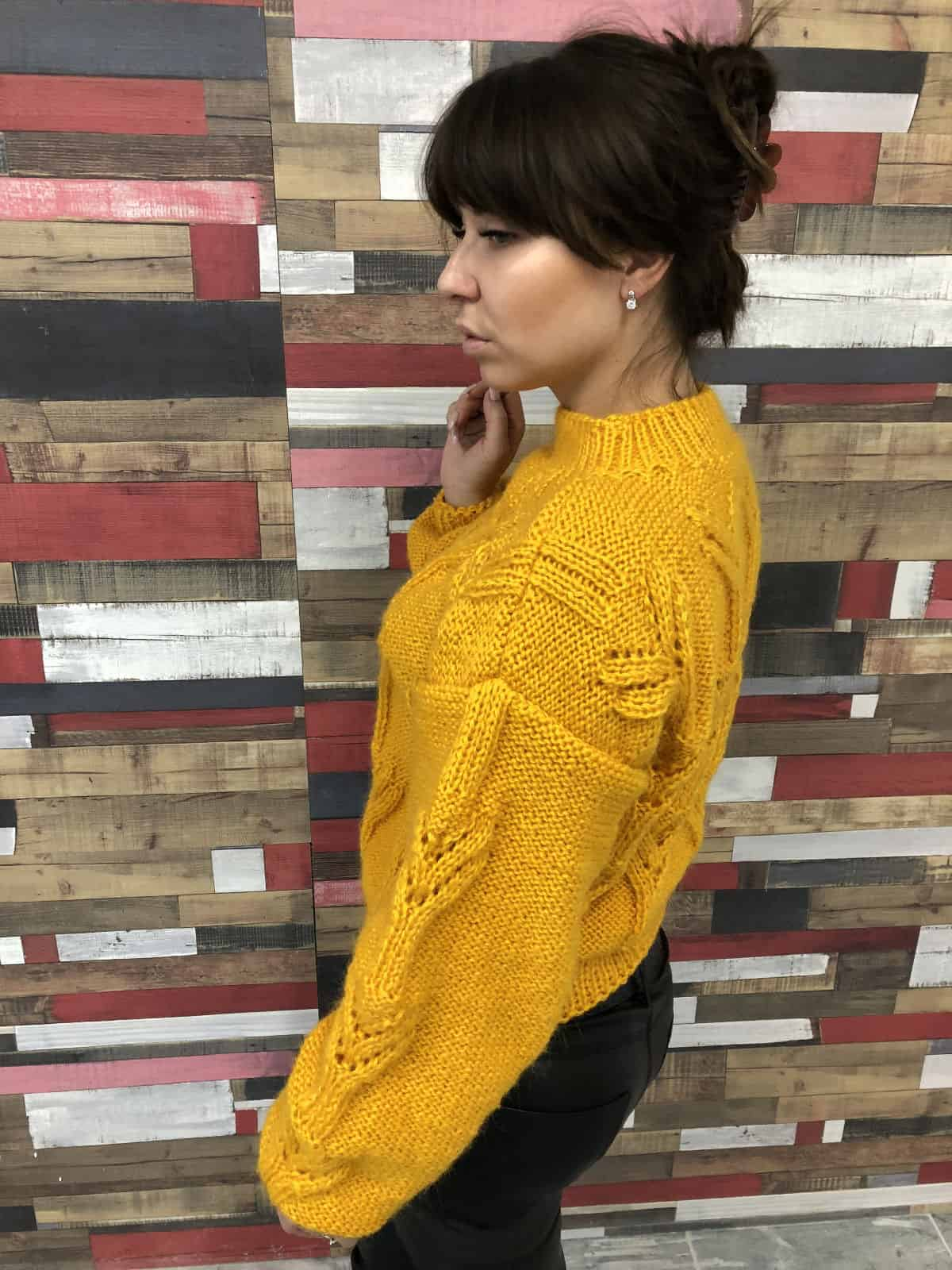На второй фотографии женский желтый свитер из ангоры от Shapar, бренда вязаной одежды ручной работы в интернет-магазине связанных спицами вещей.