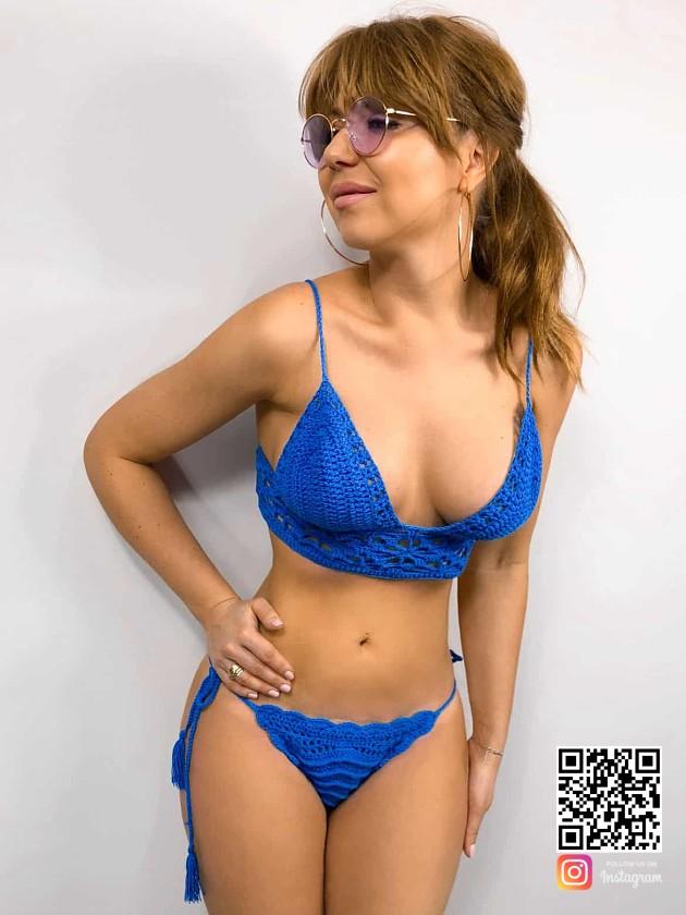 На фотографии женский купальник синего цвета от Shapar, бренда вязаной пляжной одежды ручной работы в интернет-магазине связанных крючком вещей.