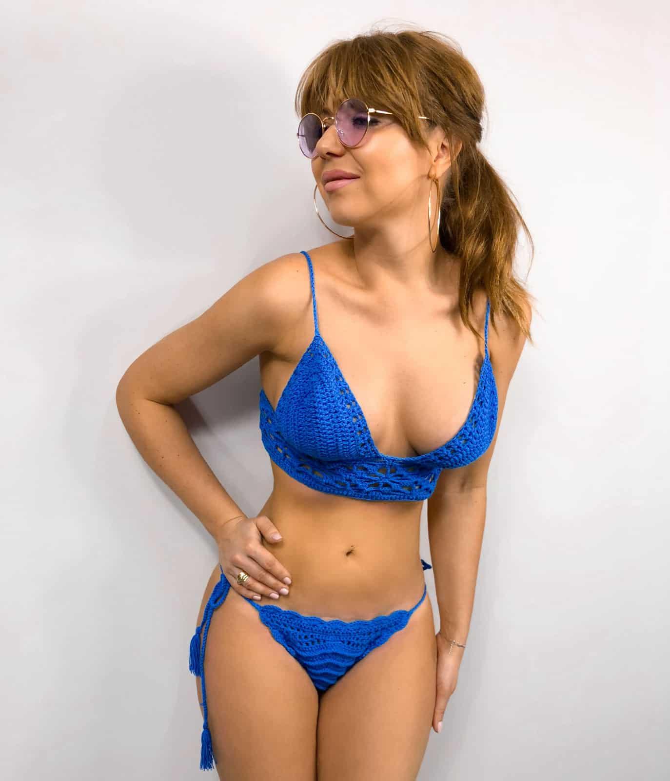 На фотографии женский купальник бикини синего цвета от SHAPAR, бренда вязаной одежды ручной работы в интернет-магазине связанных крючком вещей.