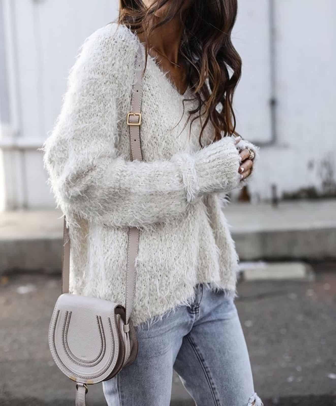 На второй фотографии женский пуловер спицами из пушистой пряжи от Shapar, бренда вязаной одежды ручной работы в интернет-магазине связанных вещей.
