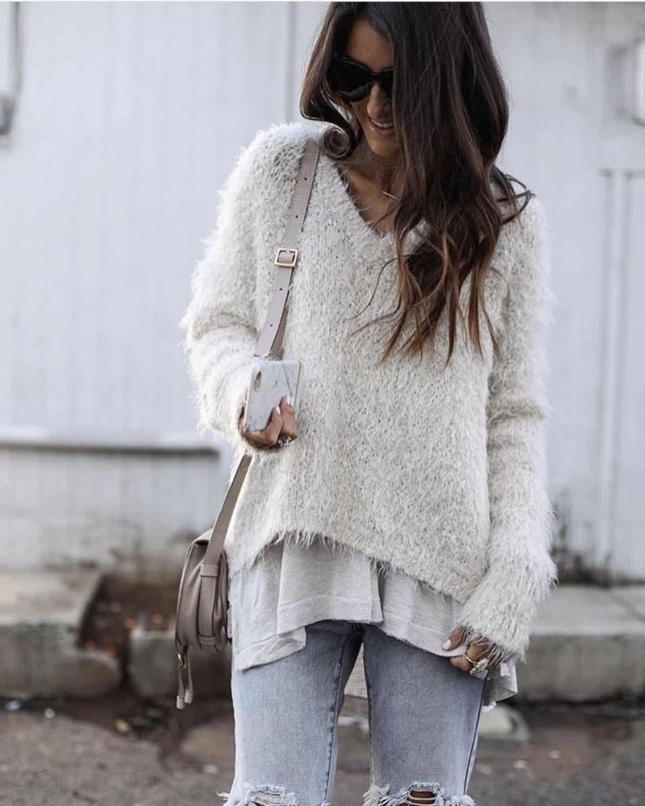 На фотографии женский пуловер спицами от Shapar, бренда вязаной одежды ручной работы в интернет-магазине связанных вещей.