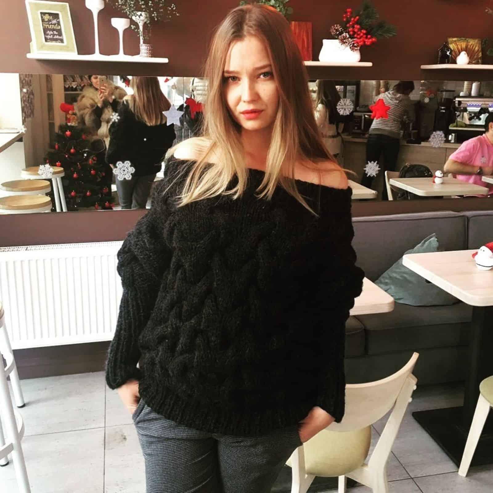 На фотографии черный женский свитер объемной вязки от Shapar, бренда вязаной одежды ручной работы в интернет-магазине связанных спицами вещей.