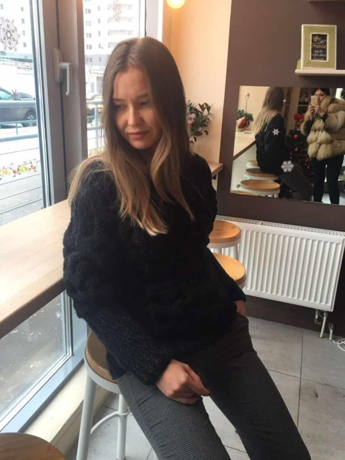 На второй фотографии женский свитер объемной вязки с узором в косах от Shapar, бренда вязаной одежды ручной работы в интернет-магазине связанных спицами вещей.