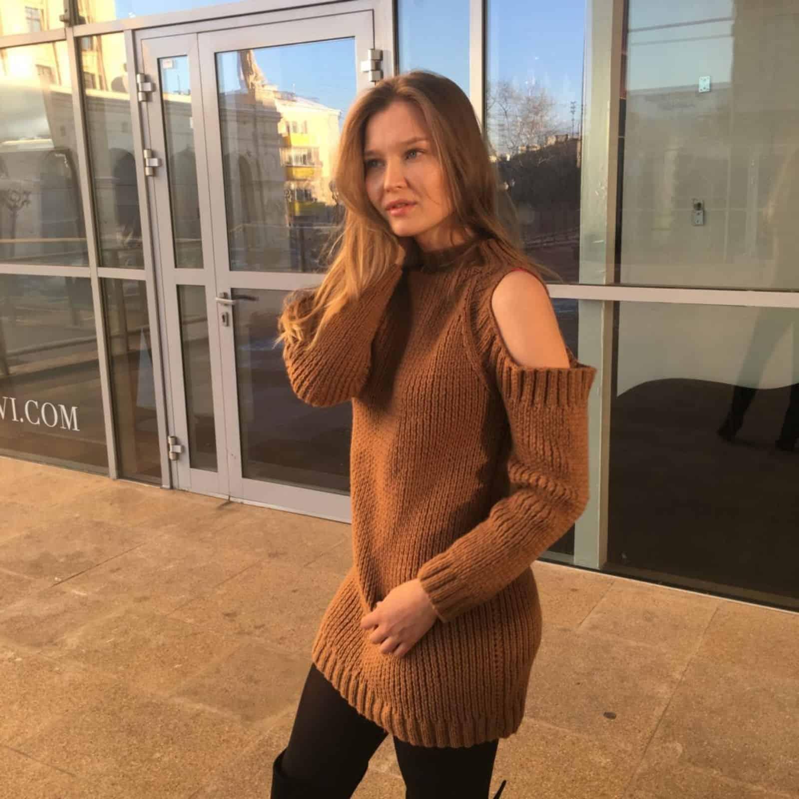 На фотографии вязаное платье свитер с открытыми плечами от SHAPAR, бренда женской одежды ручной работы в интернет-магазине связанных спицами вещей.