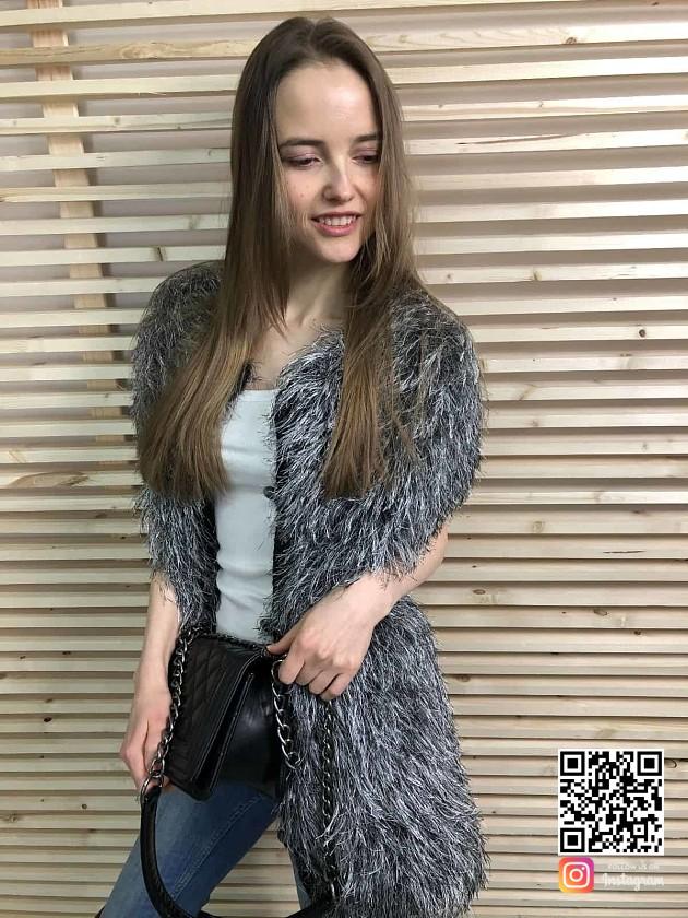 На фотографии вязаный пушистый жилет от Shapar, бренда женской одежды ручной работы в интернет-магазине связанных спицами вещей.