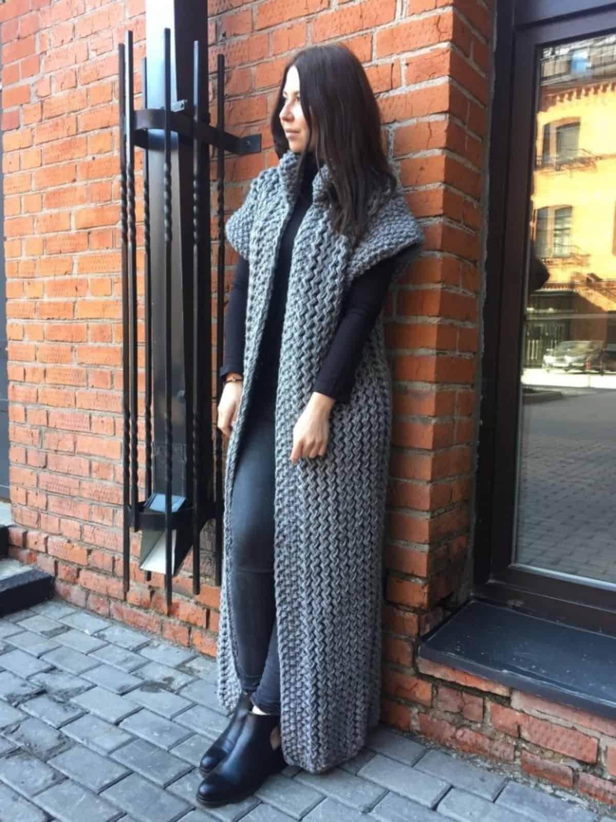 На четвертой фотографии длинный серый жилет крупной вязки от Shapar, бренда женской вязаной одежды ручной работы в интернет-магазине связанных спицами вещей.