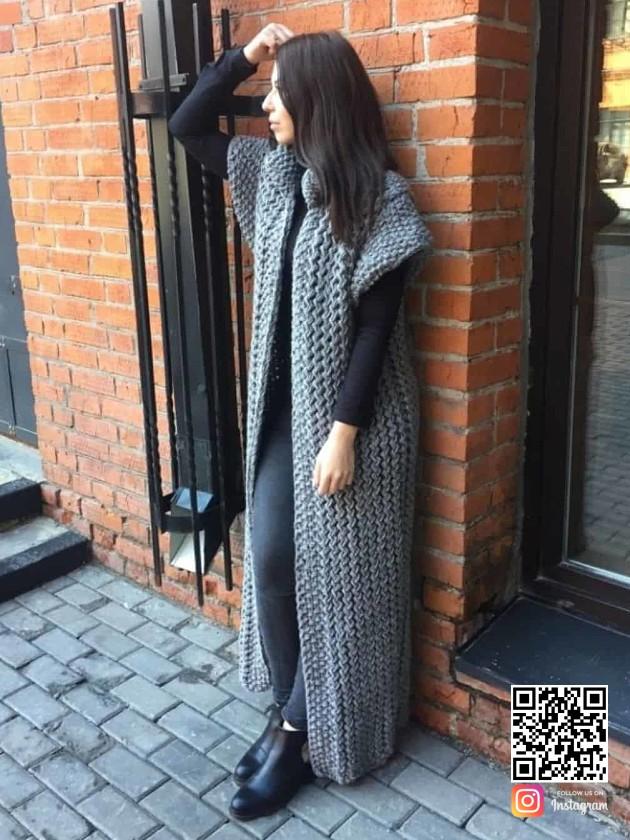 На фотографии женский длинный серый жилет от Shapar, бренда вязаной одежды ручной работы в интернет-магазине связанных спицами вещей.