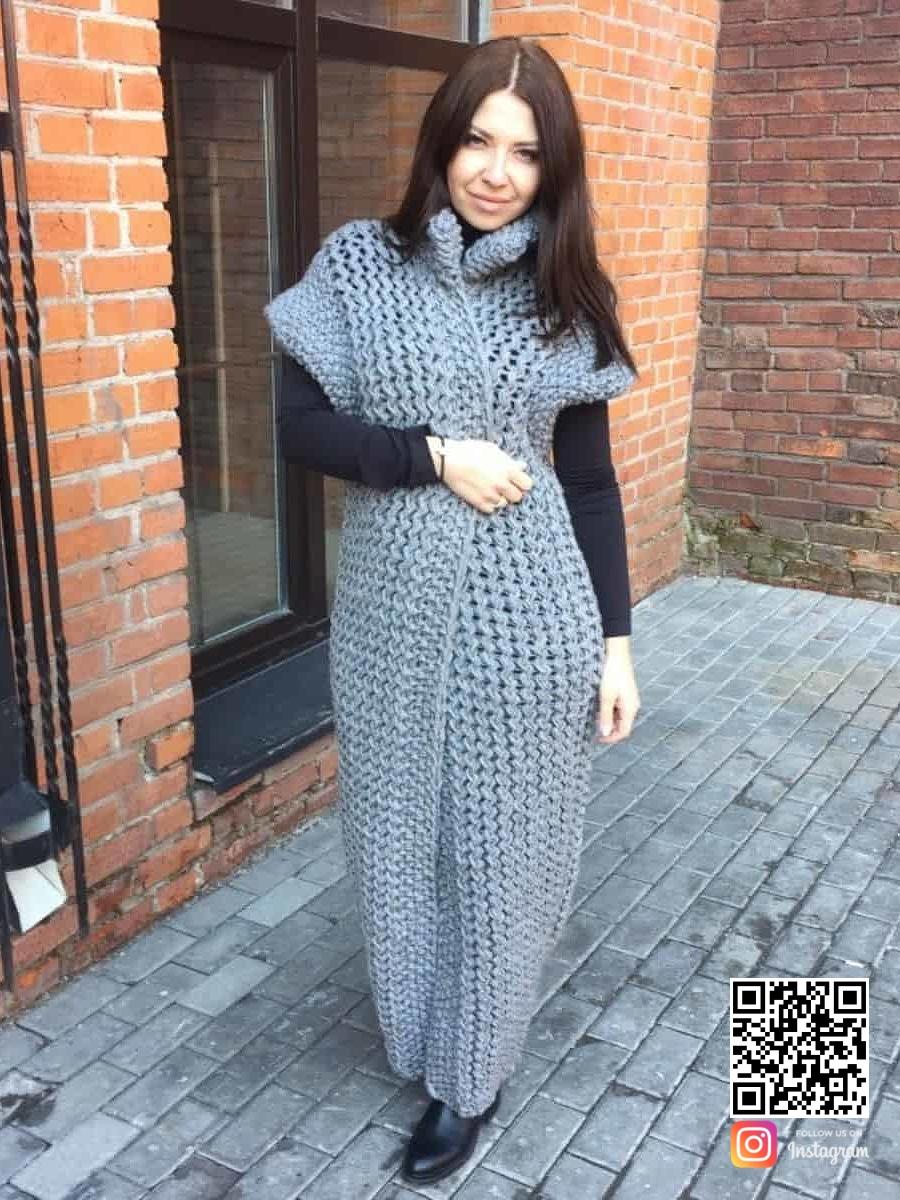 На третьей фотографии длинный серый жилет для девушек и женщин от Shapar, бренда вязаной одежды ручной работы в интернет-магазине связанных спицами вещей.