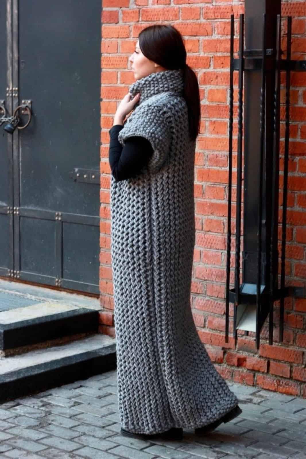 На второй фотографии вязаный спицами жилет серого цвета от Shapar, бренда женской одежды ручной работы в интернет-магазине связанных вещей.