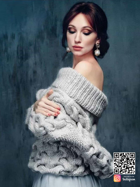 На фотографии зимний свитер женский от Shapar, бренда вязаной одежды ручной работы в интернет-магазине связанных спицами вещей.