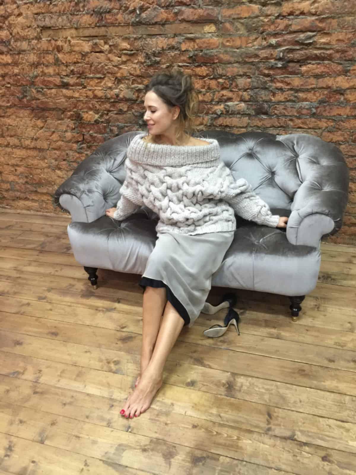 На фотографии женский зимний свитер из альпаки от SHAPAR, бренда вязаной одежды ручной работы в интернет-магазине связанных спицами вещей.