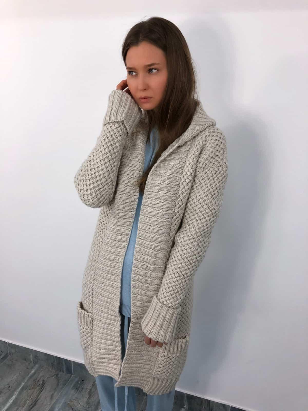 На третьей фотографии кардиган женский молодежный с капюшоном от Shapar, бренда связанной одежды ручной работы в интернет-магазине вязаных вещей.