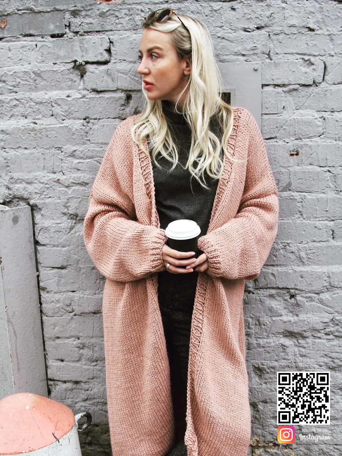 На фотографии красивый женский кардиган спицами от Shapar, бренда вязаной одежды ручной работы в интернет-магазине связанных вещей.