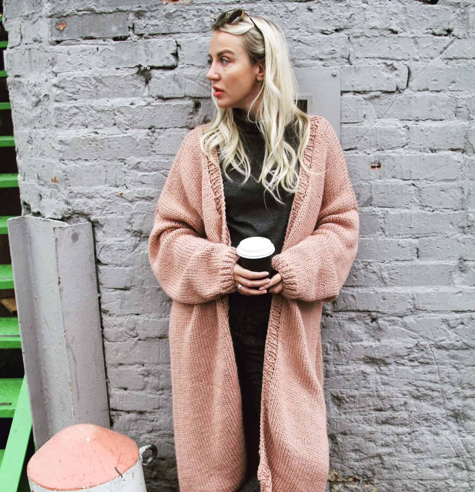 На фотографии красивый кардиган спицами для девушек и женщин от Shapar, бренда вязаной одежды ручной работы в интернет-магазине связанных вещей.