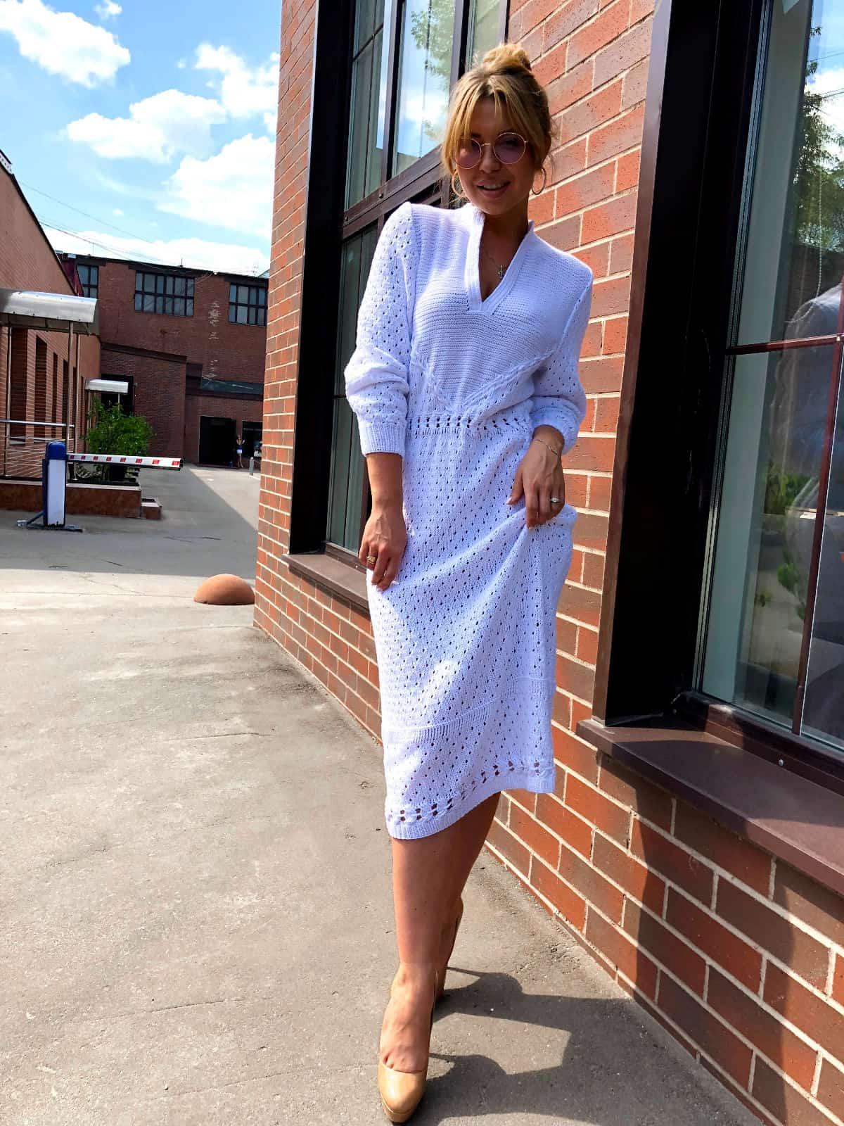 На четвертой фотографии белое летнее платье с узором от Shapar, бренда вязаной одежды ручной работы в интернет-магазине связанных спицами вещей.