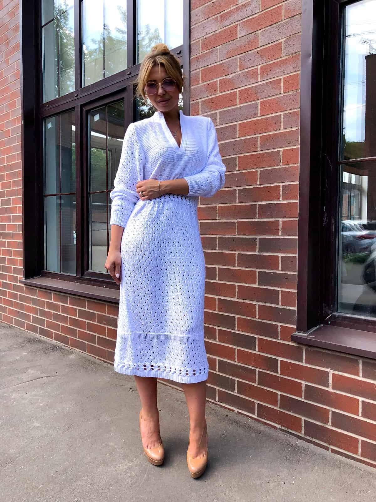 На фотографии белое летнее платье от Shapar, бренда вязаной одежды ручной работы в интернет-магазине связанных спицами вещей.