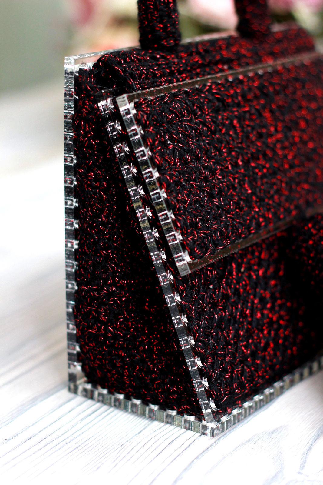 На фотографии женская бордовая сумка от Shapar, бренда вязаных аксессуаров ручной работы в интернет-магазине связанных спицами и крючком вещей.