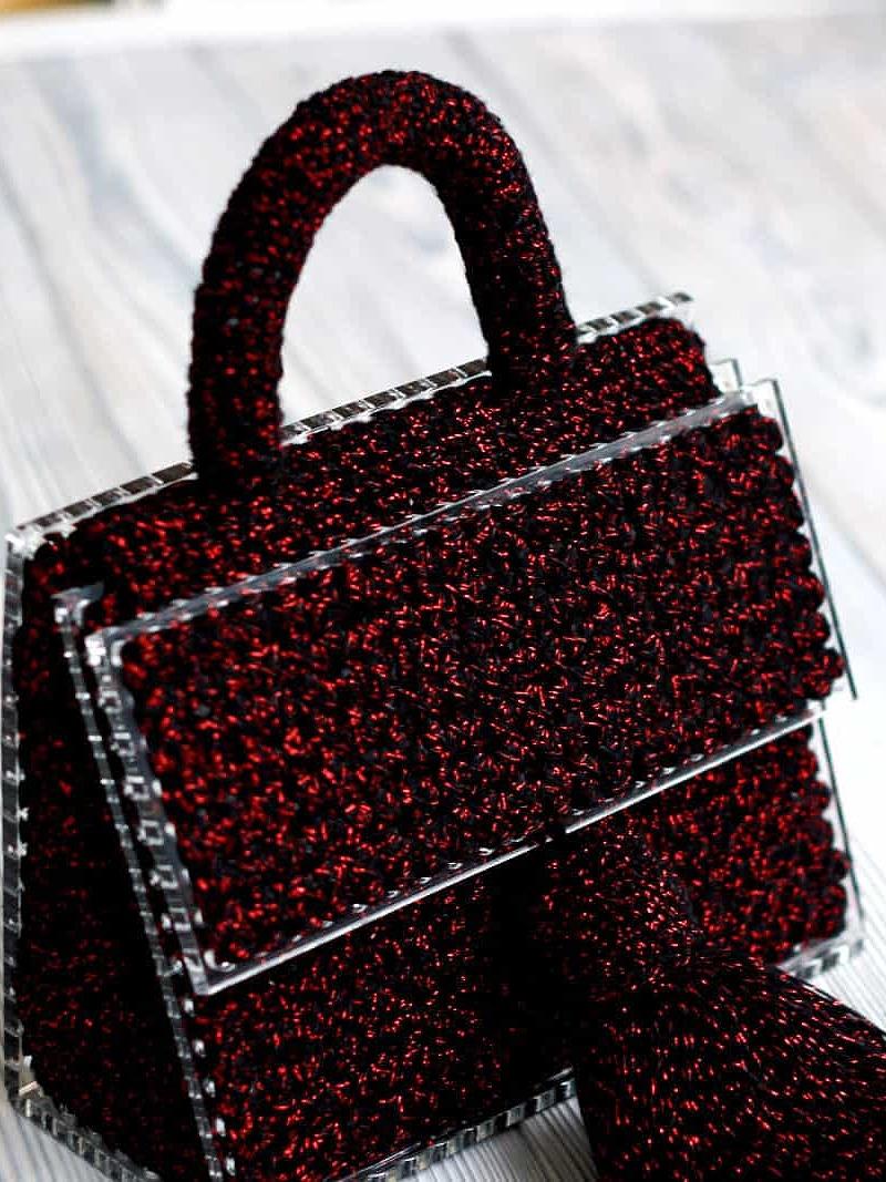На пятой фотографии маленькая бордовая сумка женская от Shapar, бренда вязаных аксессуаров ручной работы в интернет-магазине связанных спицами и крючком вещей.