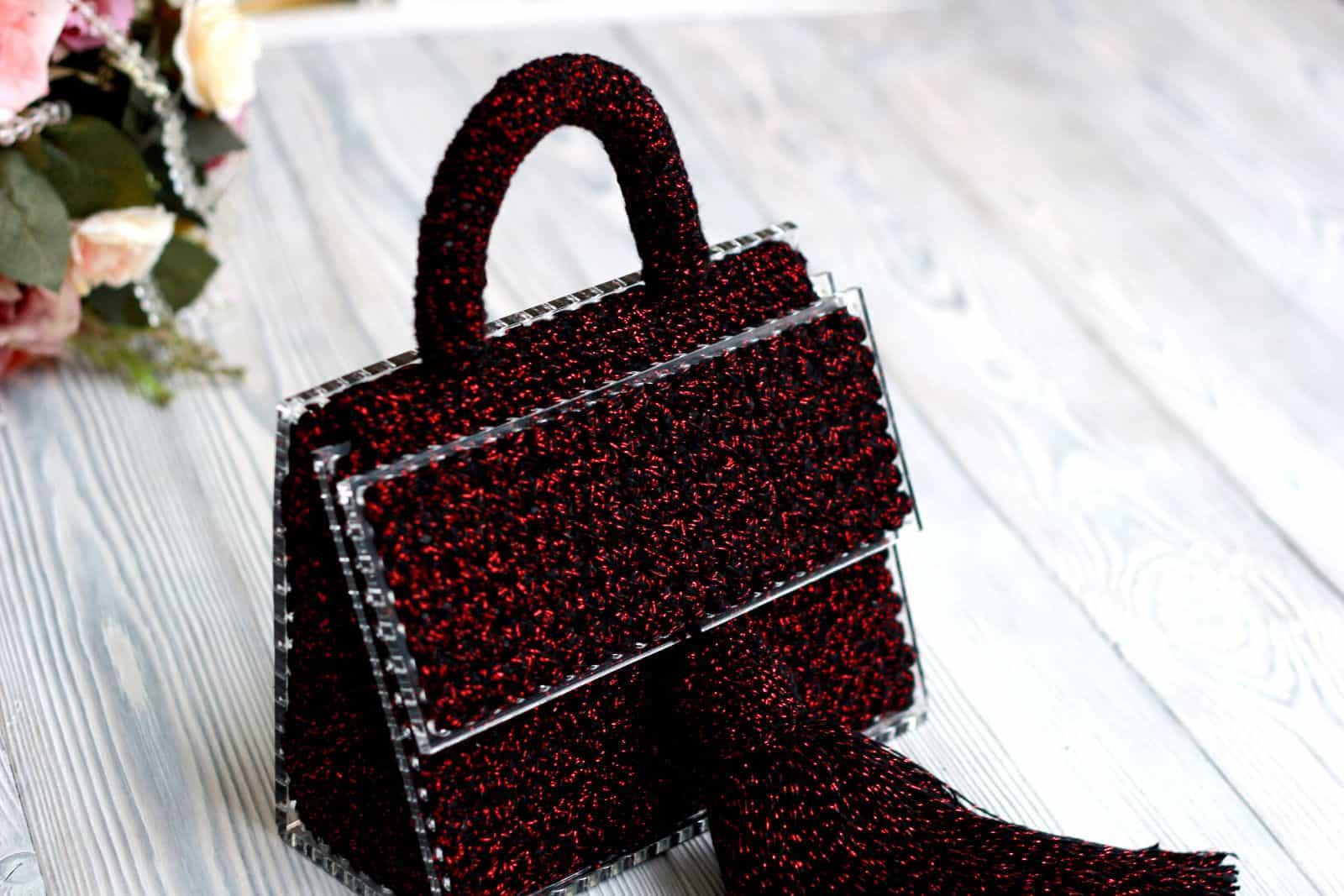 На пятой фотографии женская бордовая сумка необычного дизайна от Shapar, бренда вязаных аксессуаров ручной работы в интернет-магазине связанных спицами и крючком вещей.