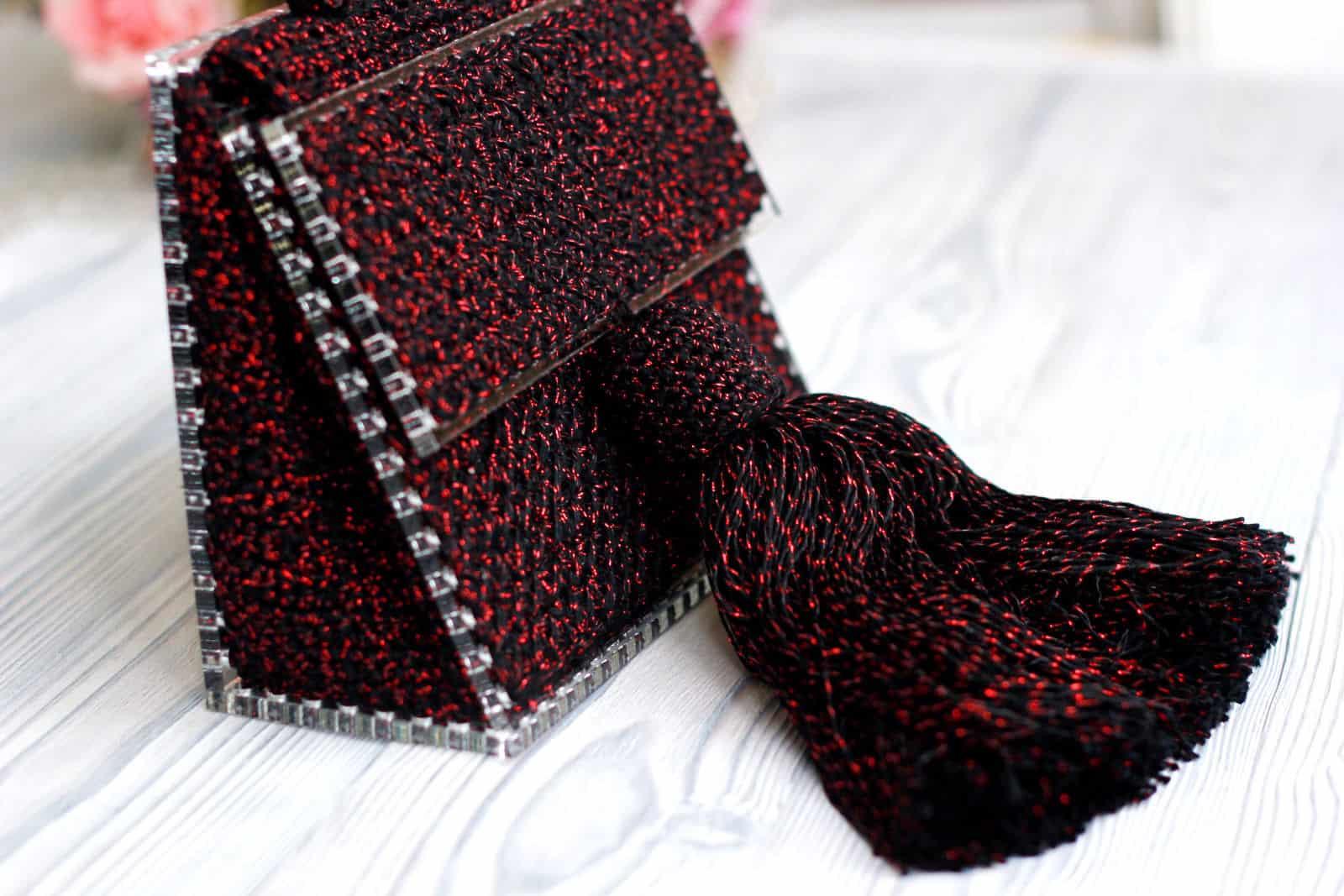 На третьей фотографии женская бордовая сумка с кистью от Shapar, бренда вязаных аксессуаров ручной работы в интернет-магазине связанных спицами и крючком вещей.