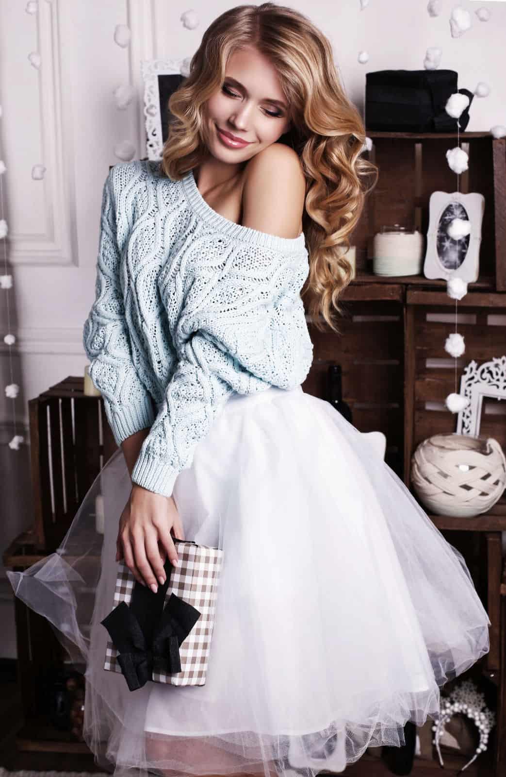 На фотографии женский голубой джемпер от Shapar, бренда вязаной одежды ручной работы в интернет-магазине связанных спицами вещей.