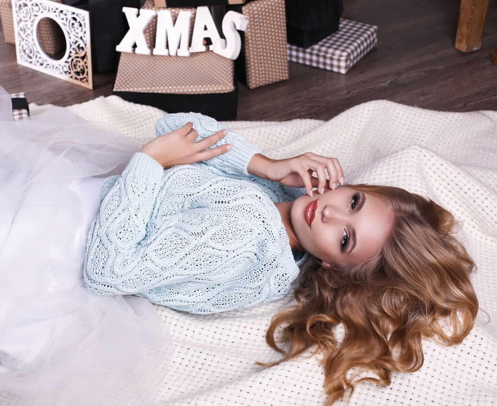 На второй фотографии ажурный голубой джемпер для девушек и женщин от Shapar, бренда вязаной одежды ручной работы в интернет-магазине связанных спицами вещей.