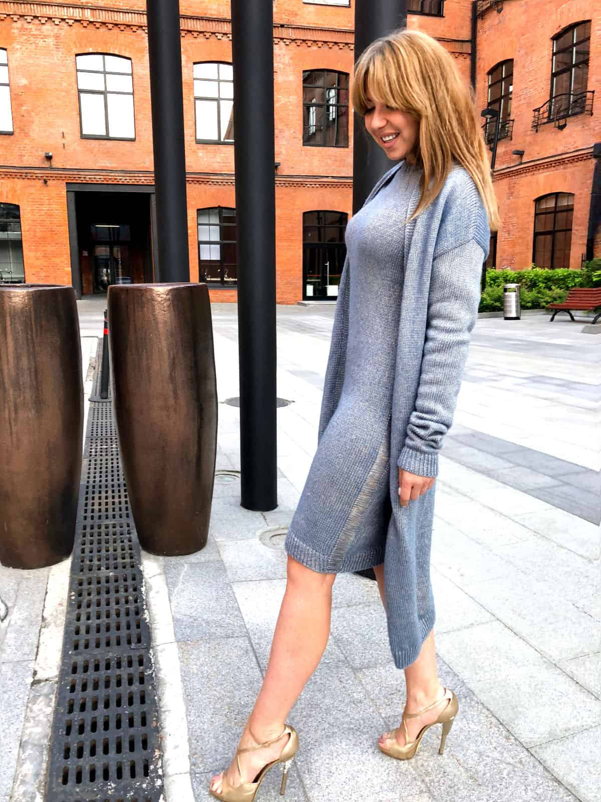 На второй фотографии женский голубой кардиган с платьем сбоку от Shapar, бренда вязаной одежды ручной работы в интернет-магазине связанных спицами вещей.